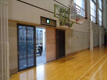 体育館の鉄扉補修