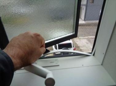 タテすべり出し窓の開け方