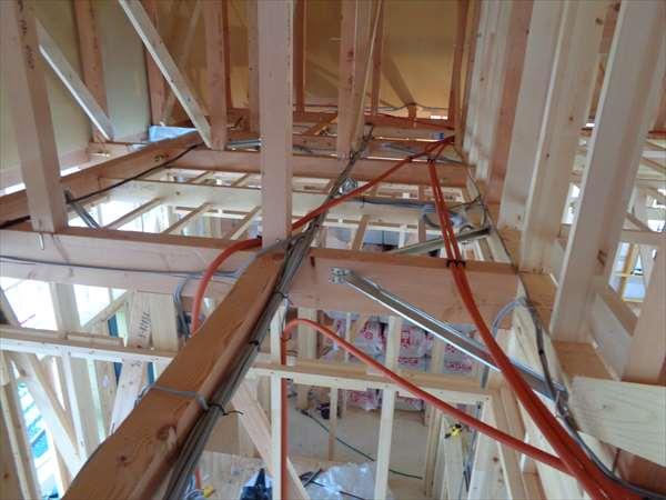 屋根裏配管配線