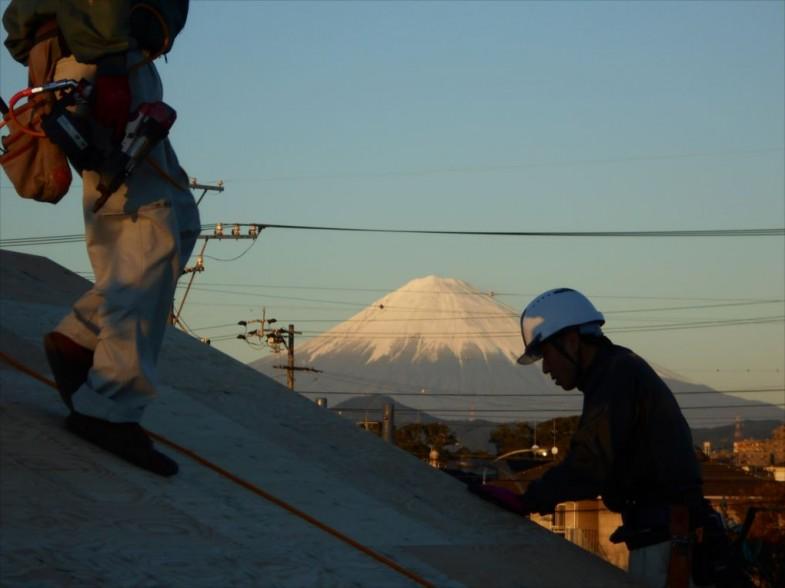 屋根工事と富士山