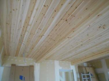 天井杉板貼り