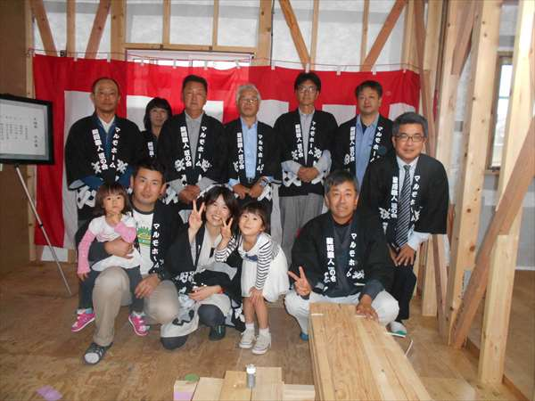 静岡市駿河区中原の現場では、1階が鉄骨造、、2階が木造、、 それぞれ、下地作業が進んでいます。 なかでも、2階の木造は、筋違いが取付され、金物がつき、作業は順調です。