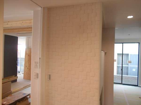 壁にタイル貼り