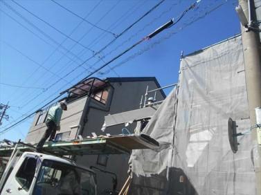 屋根材の荷揚げ