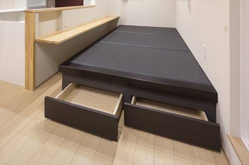 分散収納の家具・畳コーナー