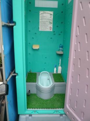 仮設トイレの清掃