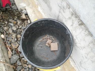 建築現場の釘拾い